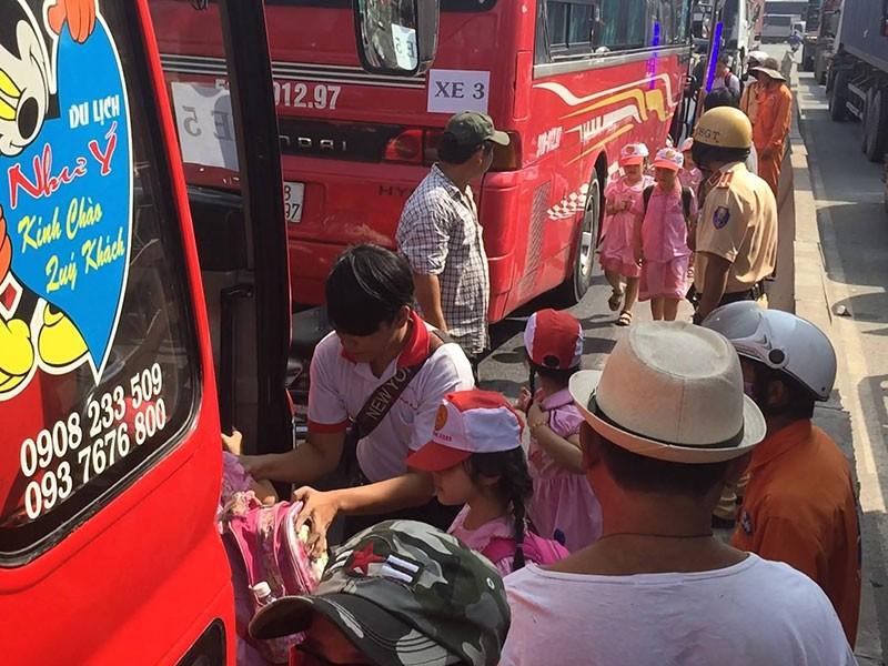 Xe chở 40 học sinh húc hông xe ben trên xa lộ Hà Nội - ảnh 2