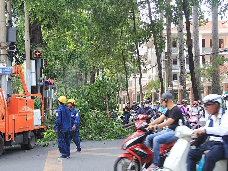 Do hiện trường được phong tỏa nên giao thông qua khu vực gặp khó khăn.