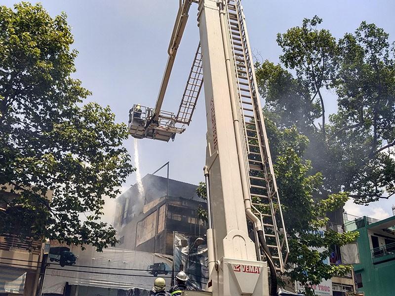 Cảnh sát dùng xe thang chữa cháy tiệm hớt tóc ở TP.HCM - ảnh 1