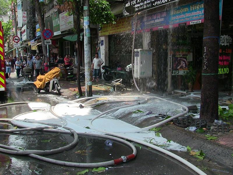 Cảnh sát dùng xe thang chữa cháy tiệm hớt tóc ở TP.HCM - ảnh 2
