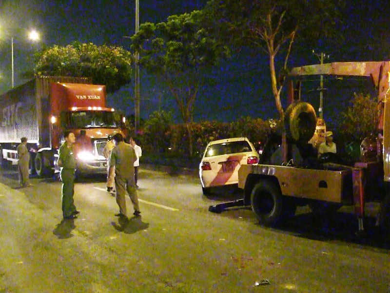 Container húc đuôi ô tô, 4 người trong xe hoảng loạn - ảnh 1