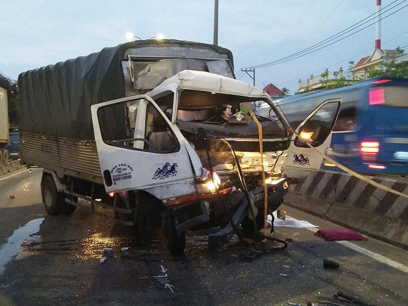 Tài xế xe tải tông đuôi container, tử vong tại chỗ - ảnh 2