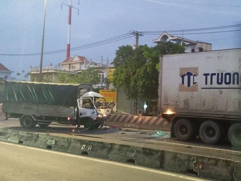 Tài xế xe tải tông đuôi container, tử vong tại chỗ - ảnh 1