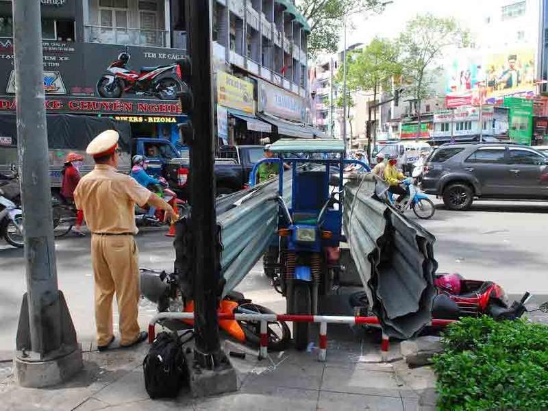 Xe ba gác chở tôn tông 2 người nhập viện - ảnh 2