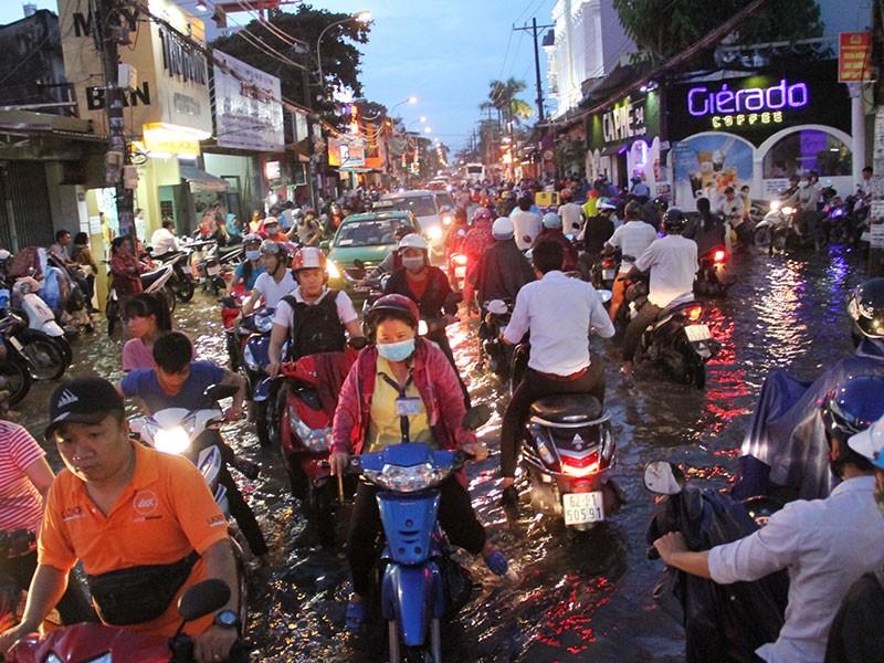 TP.HCM: Mưa như trút nước, người dân bì bõm về nhà - ảnh 15