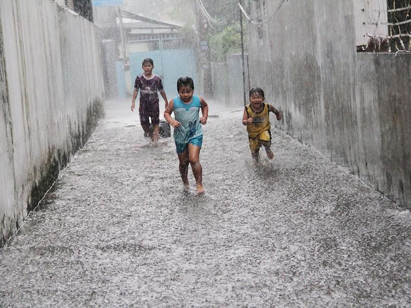 TP.HCM: Mưa như trút nước, người dân bì bõm về nhà - ảnh 3