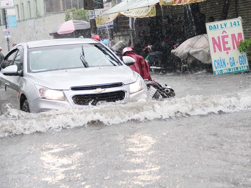 TP.HCM: Mưa như trút nước, người dân bì bõm về nhà - ảnh 9