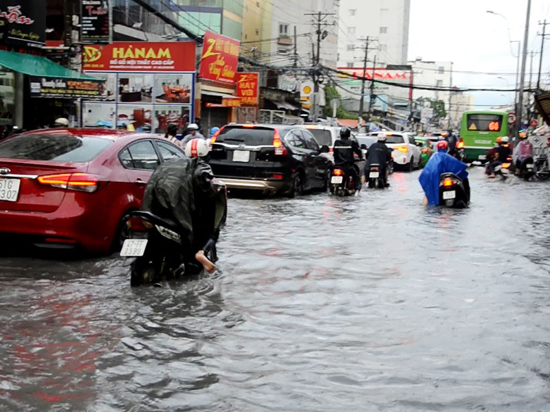 TP.HCM: Mưa như trút nước, người dân bì bõm về nhà - ảnh 14