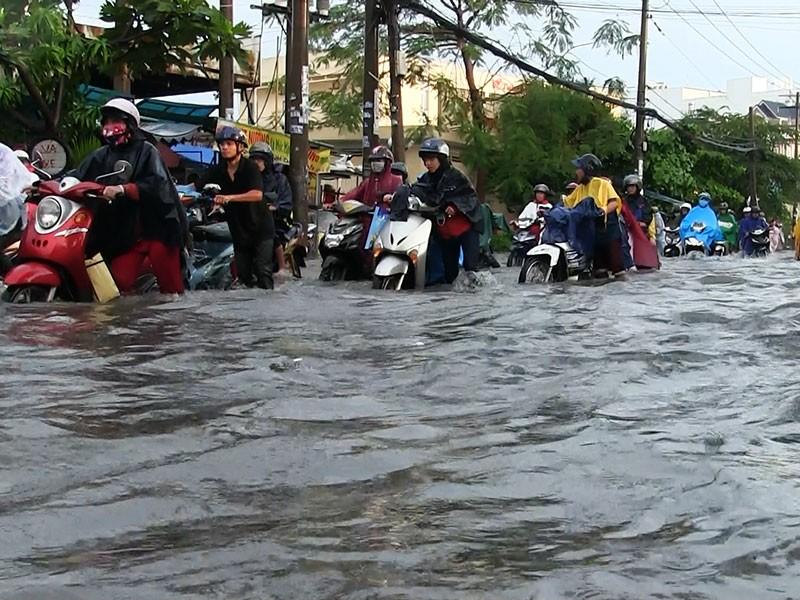 TP.HCM: Mưa như trút nước, người dân bì bõm về nhà - ảnh 2