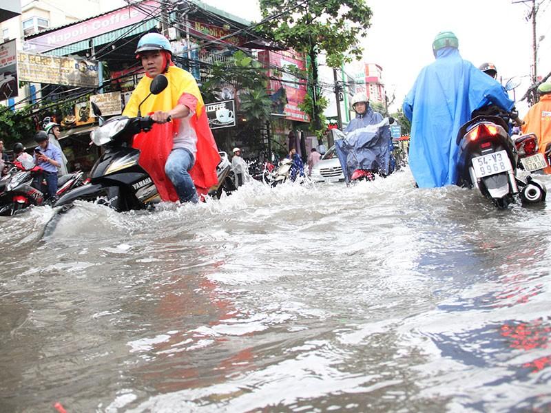 TP.HCM: Mưa như trút nước, người dân bì bõm về nhà - ảnh 1