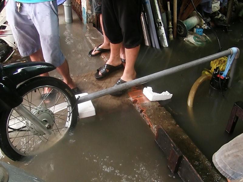 TP.HCM: Mưa như trút nước, người dân bì bõm về nhà - ảnh 7