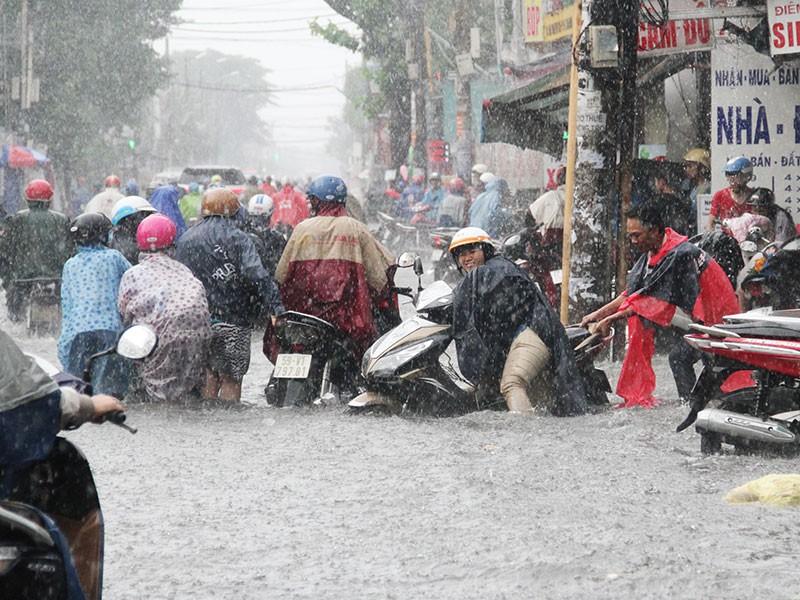 TP.HCM: Mưa như trút nước, người dân bì bõm về nhà - ảnh 4