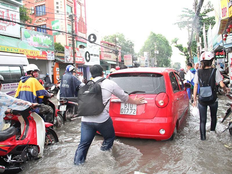 TP.HCM: Mưa như trút nước, người dân bì bõm về nhà - ảnh 6