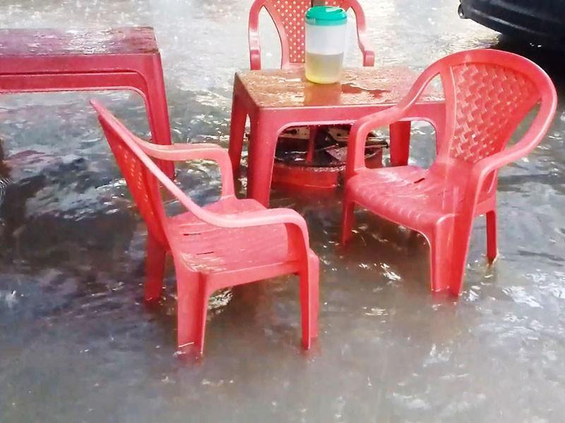 Mưa như trút nước, đường TP.HCM cuối tuần ngập nặng - ảnh 1