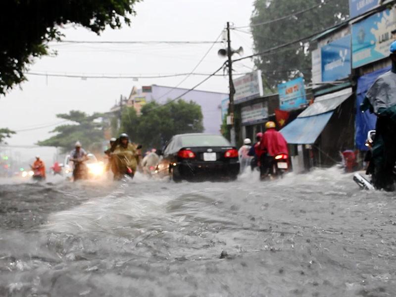 Mưa như trút nước, đường TP.HCM cuối tuần ngập nặng - ảnh 9