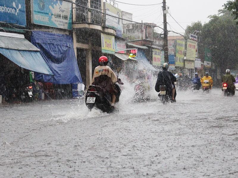Mưa như trút nước, đường TP.HCM cuối tuần ngập nặng - ảnh 7