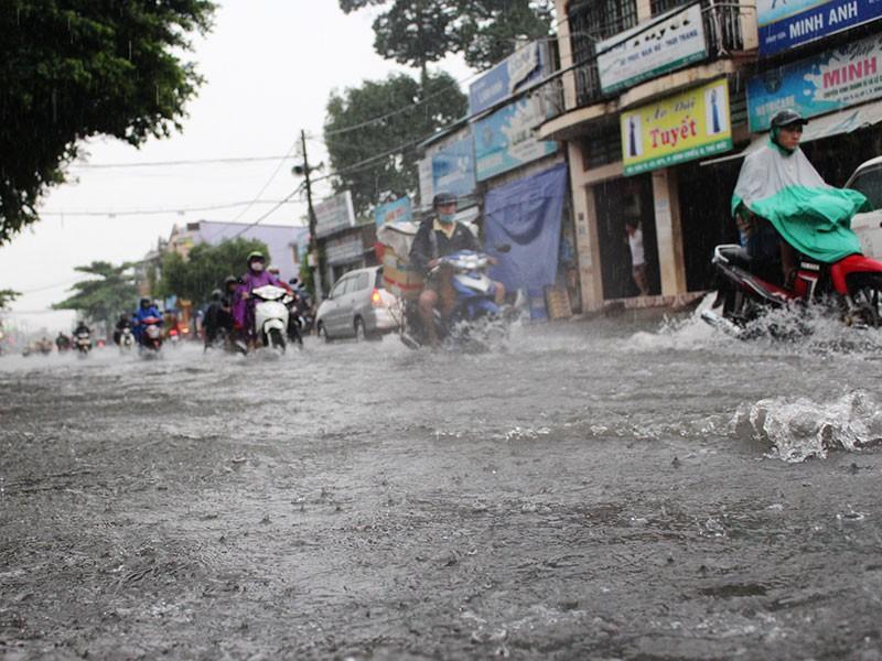 Mưa như trút nước, đường TP.HCM cuối tuần ngập nặng - ảnh 6