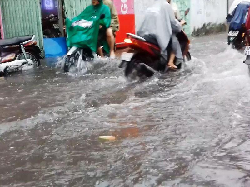 Mưa như trút nước, đường TP.HCM cuối tuần ngập nặng - ảnh 5