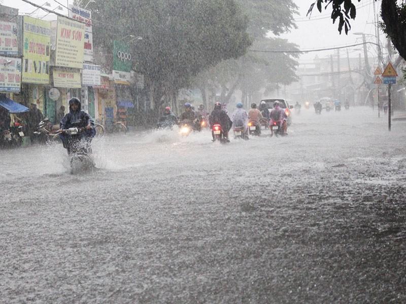 Mưa như trút nước, đường TP.HCM cuối tuần ngập nặng - ảnh 2