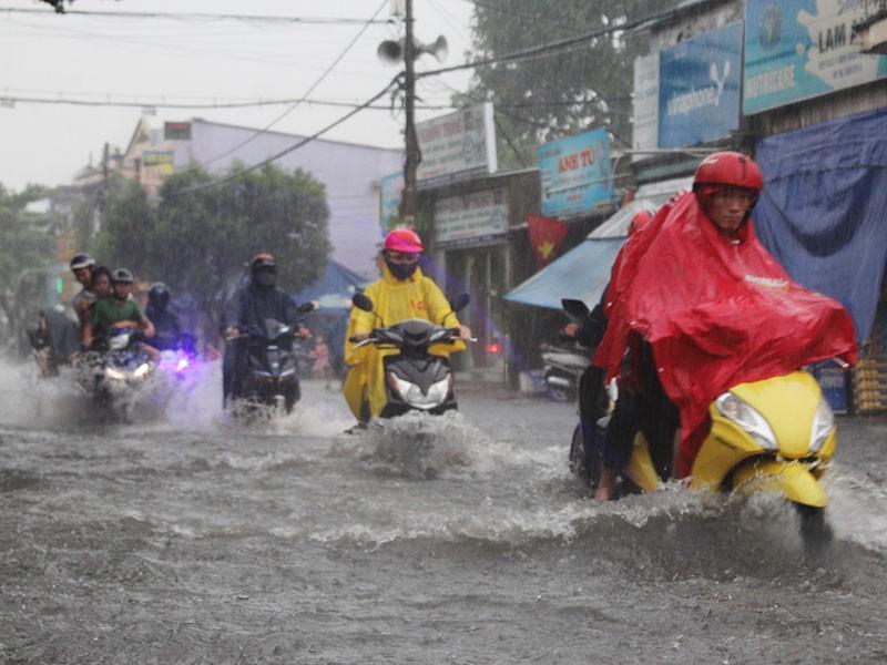 Mưa như trút nước, đường TP.HCM cuối tuần ngập nặng - ảnh 3