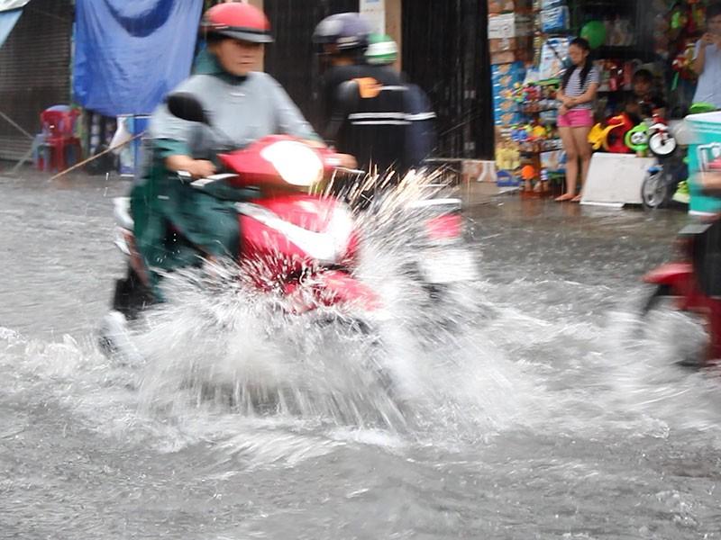 Mưa như trút nước, đường TP.HCM cuối tuần ngập nặng - ảnh 8