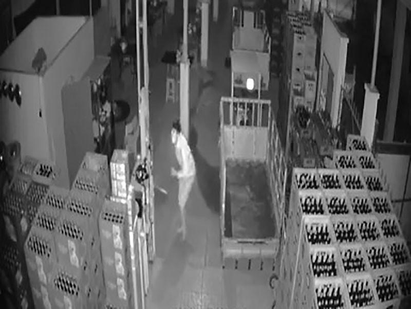 Camera ghi lại cảnh tên trộm đột nhập đại lý bia  - ảnh 1