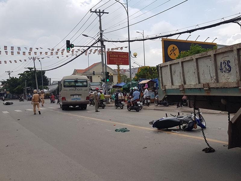 Người nằm la liệt khi xe tải cẩu húc 4 xe máy, 2 ô tô  - ảnh 1