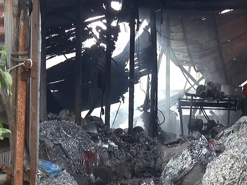 Xưởng sản xuất dầu nhớt lậu cháy trụi trong mưa - ảnh 2