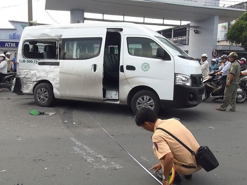 Ô tô 16 chỗ bị tông xoay vòng trước Bến xe Miền Tây - ảnh 1