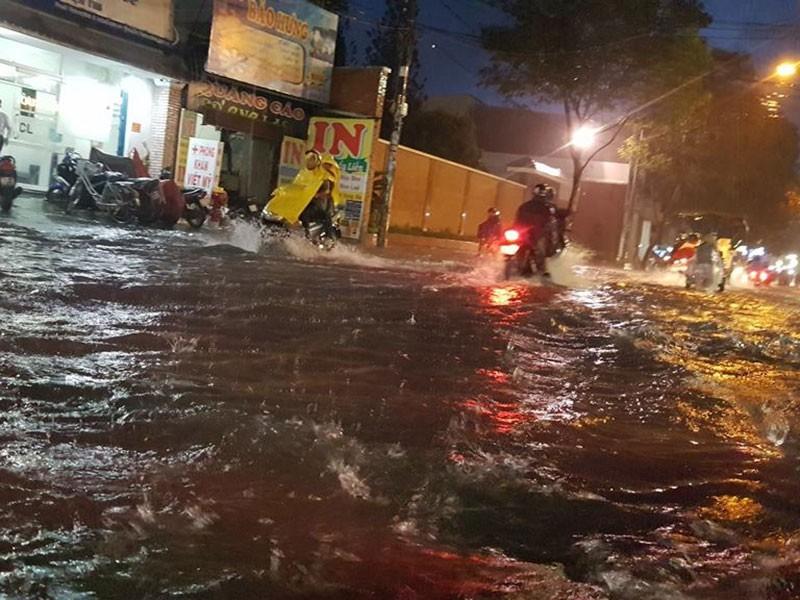 Mưa như trút nước, đường TP.HCM ngập nặng - ảnh 1