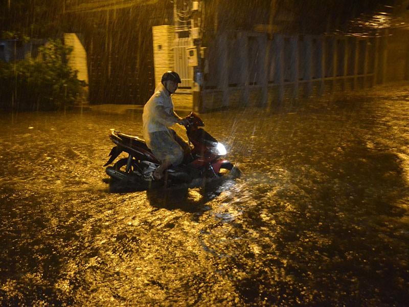 Mưa như trút nước, đường TP.HCM ngập nặng - ảnh 4