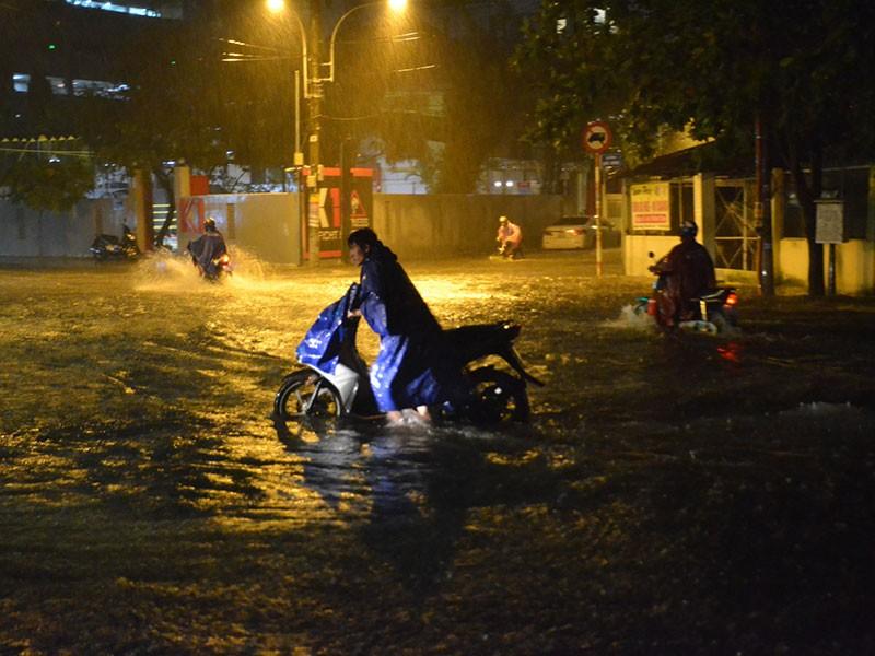 Mưa như trút nước, đường TP.HCM ngập nặng - ảnh 5