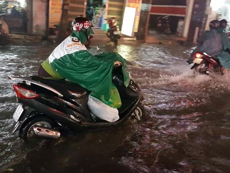 Mưa như trút nước, đường TP.HCM ngập nặng - ảnh 2