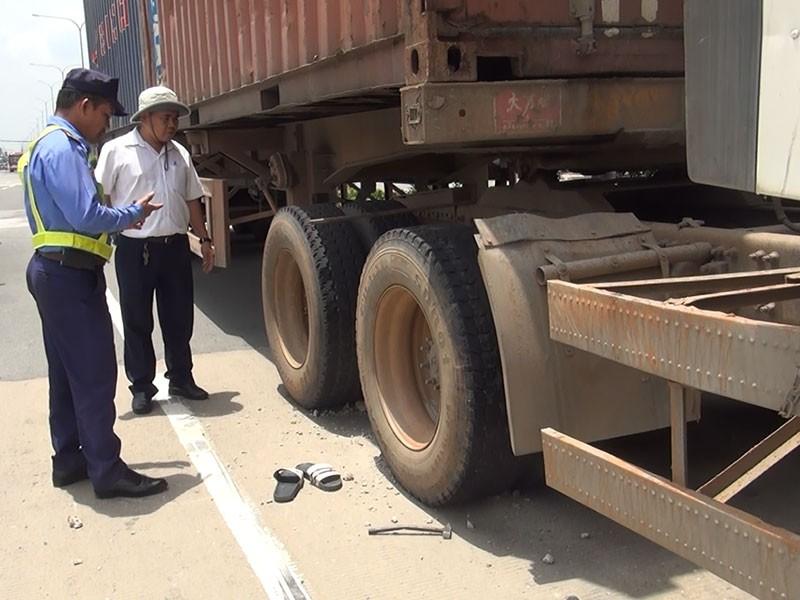 Vỏ container phát nổ, tài xế văng xa nguy kịch - ảnh 1