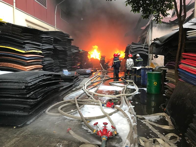 Công ty mút cháy hơn 1 giờ, Cảnh sát PCCC mới nhận tin - ảnh 2