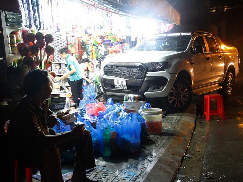 Xe bán tải lao vào cửa hàng, 5 người may mắn thoát nạn - ảnh 2