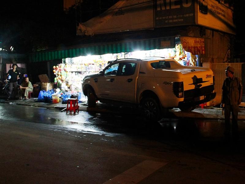 Xe bán tải lao vào cửa hàng, 5 người may mắn thoát nạn - ảnh 1