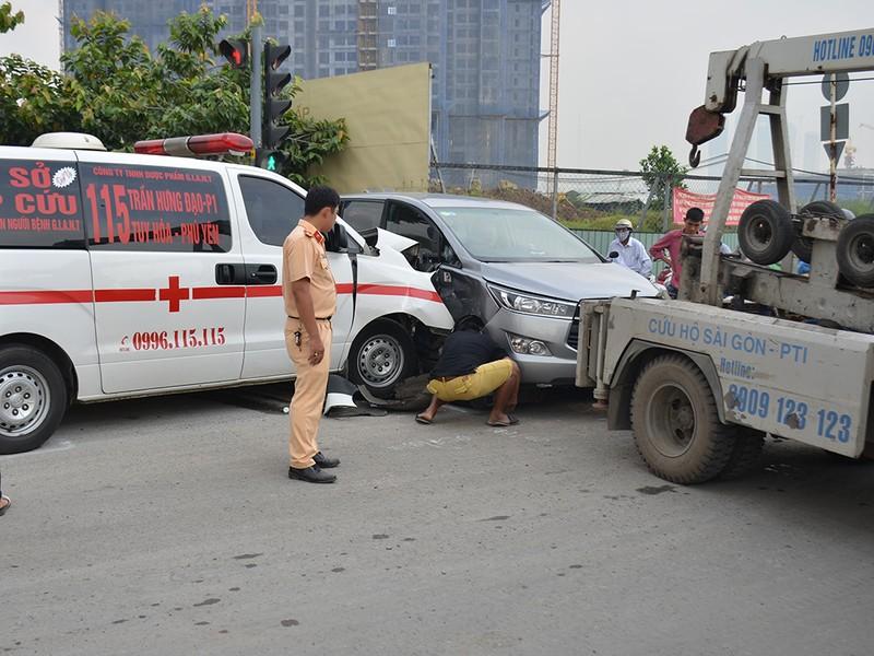 Xe cấp cứu Phú Yên tông xế hộp trên đại lộ Mai Chí Thọ - ảnh 1