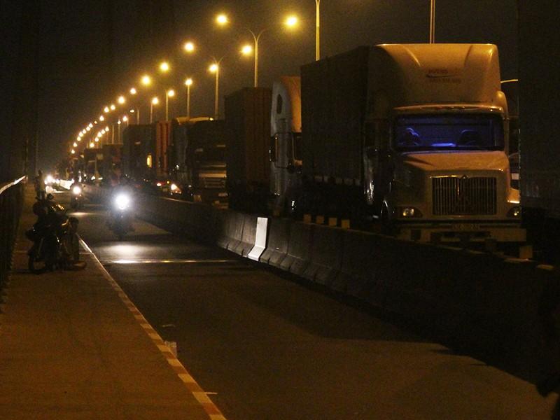 Tông 3 xe container liên hoàn trên cầu Phú Mỹ - ảnh 2
