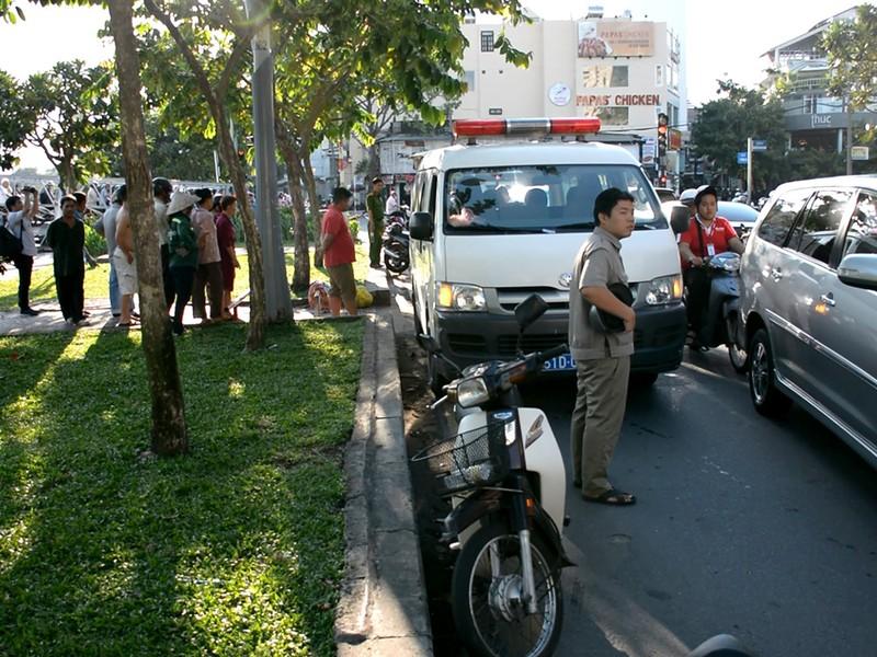 Người đàn ông gục chết trên xe máy ven kênh Nhiêu Lộc - ảnh 1