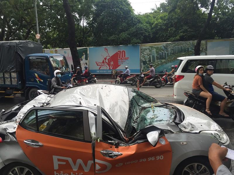 Chiếc xe taxi bị hư hỏng nặng, nữ hành khách trên xe bị thương được đưa đi cấp cứu.
