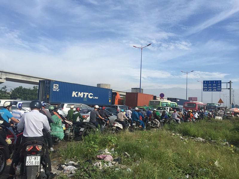 Kẹt xe kinh hoàng trên xa lộ Hà Nội - ảnh 4
