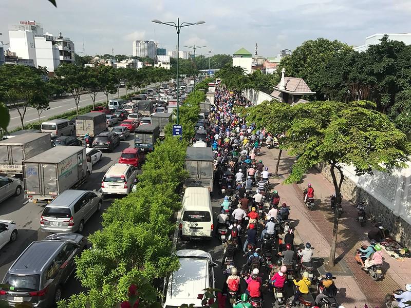 Kẹt xe kinh hoàng trên xa lộ Hà Nội - ảnh 9