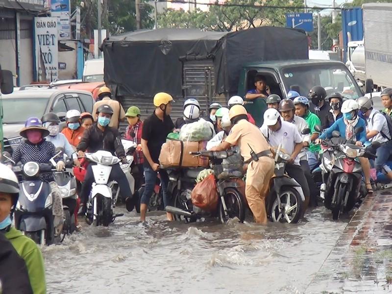 Quốc lộ 1A ngập chìm sau cơn mưa lúc sáng sớm - ảnh 6