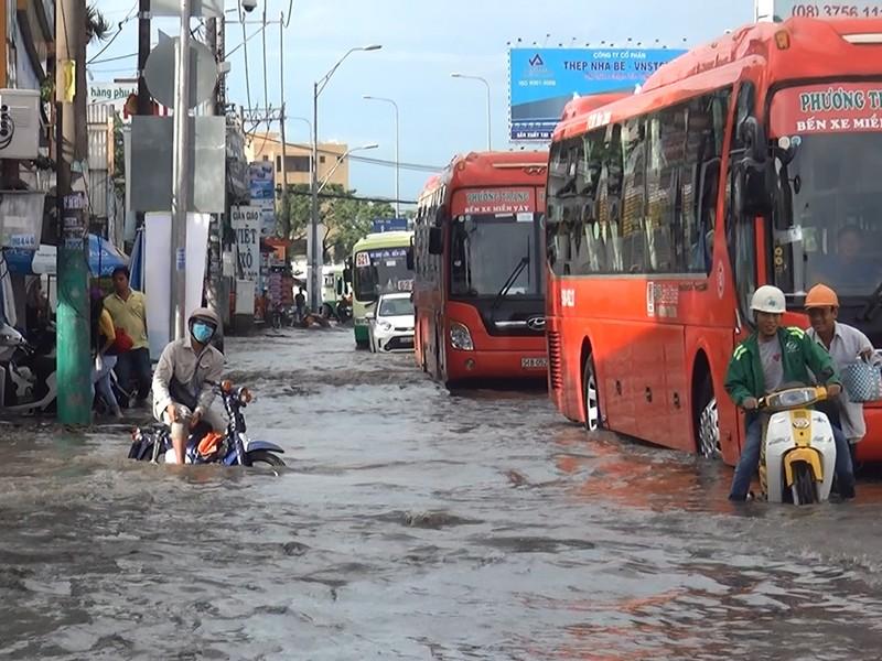 Quốc lộ 1A ngập chìm sau cơn mưa lúc sáng sớm - ảnh 3