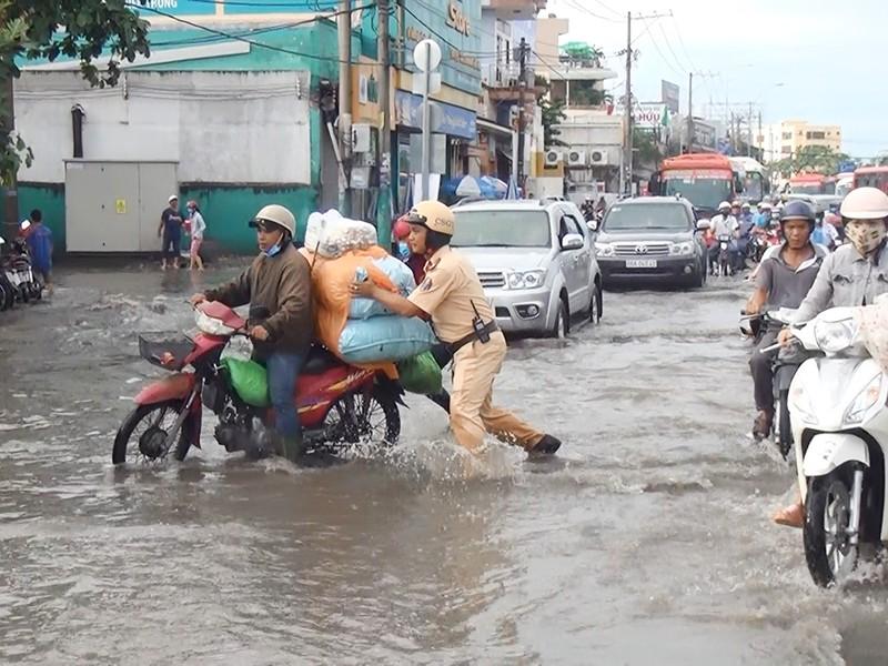 Quốc lộ 1A ngập chìm sau cơn mưa lúc sáng sớm - ảnh 2