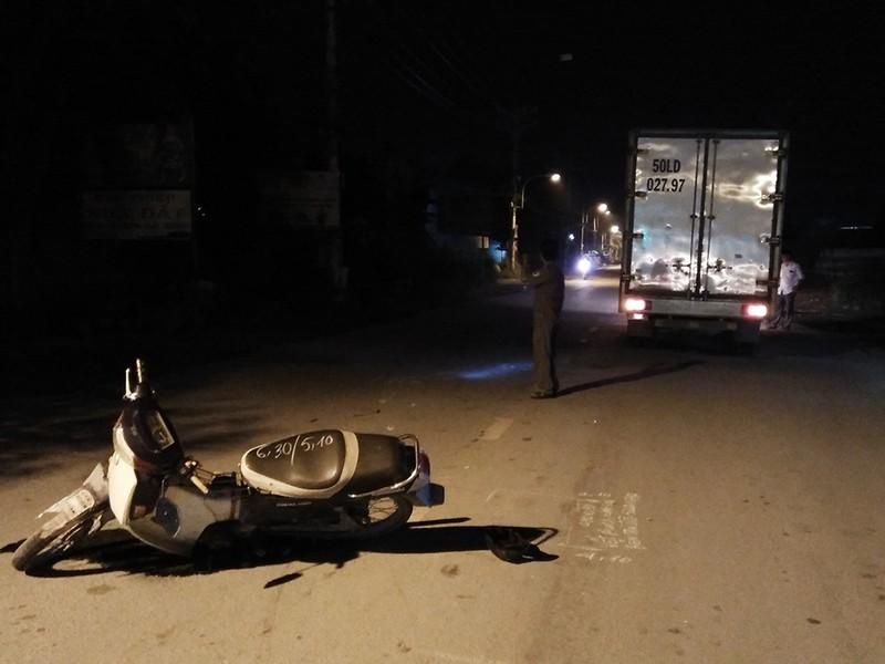 Xe máy chở 3 tông xe tải và người đi bộ trong đêm - ảnh 1