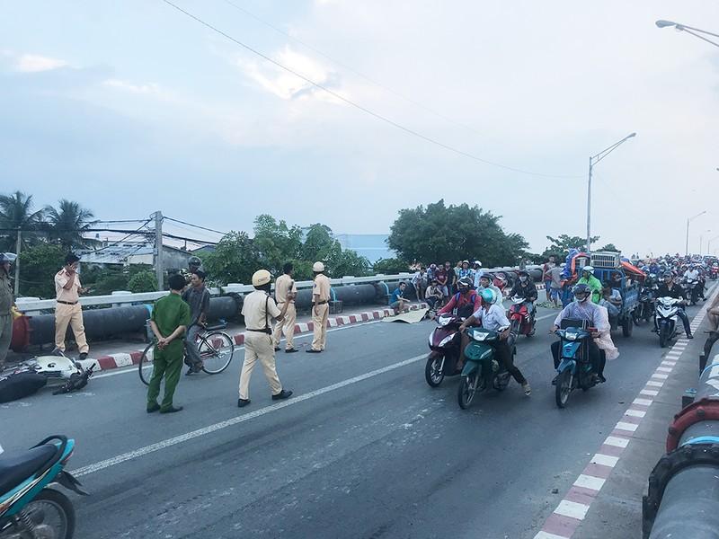 Tai nạn liên tiếp ở cầu Bình Phước, 3 người thương vong - ảnh 1
