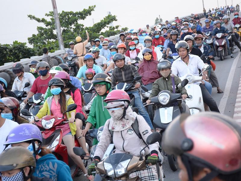 Tai nạn liên tiếp ở cầu Bình Phước, 3 người thương vong - ảnh 2