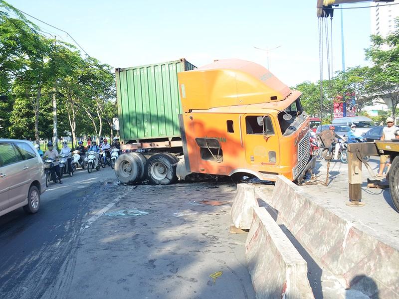 Chiếc container đang lưu thông trên xa lộ Hà Nội thì lao qua làn xe máy, tông văng nhiều mét dải phân cách.
